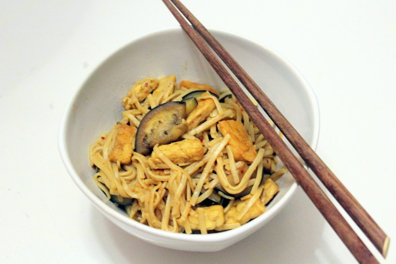Bruine rijstnoedels met tempeh en aubergine!
