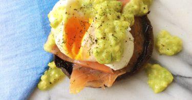 Recept: Gezonde eggs Benedict met gerookte zalm en avocado
