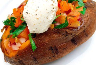 recept gevulde zoete aardappel met salsatopping