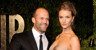 jason statham rosie huntington whiteley proposal 375x195 - Recept: Makreel – aubergine salade