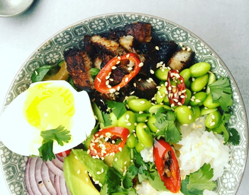 Poké bowl met roasted pork en paksoi