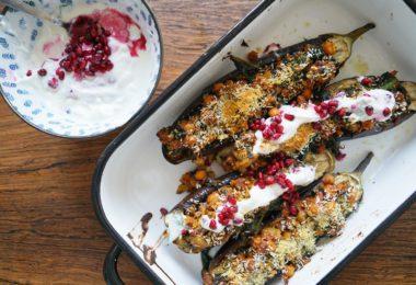 Gevulde aubergine met tempeh en yoghurtdip