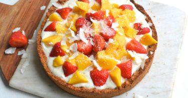 Gezonde ontbijttaart aardbei-mango