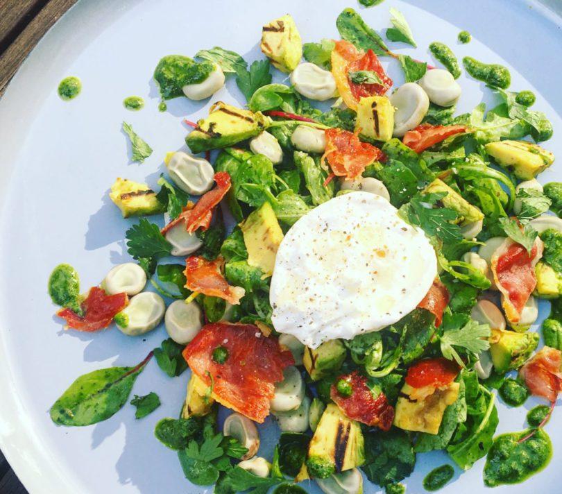 Zomerse salade met tuinbonen en gegrilde avocado