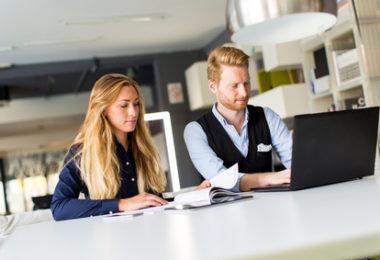 4 manieren om om te gaan met die lastige collega