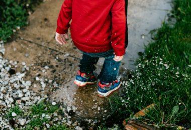 Kinderen hebben het nodig om buiten te spelen, ook als het koud en nat is